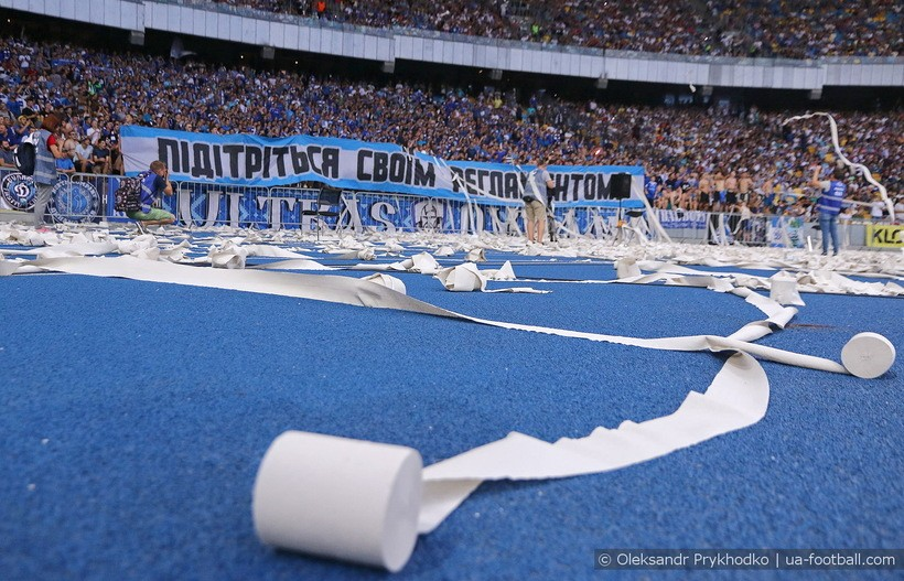 Фанаты Динамо забросали Олимпийский туалетной бумагой в знак протеста против ФФУ. ВИДЕО - изображение 1